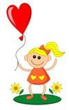 A menina feliz guarda o balão na forma do coração Foto de Stock