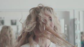 A menina feliz imagina-se um cantor e canta-se em uma escova de cabelo filme