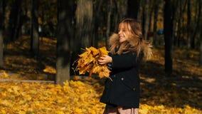 A menina feliz joga as folhas acima video estoque