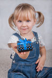 A menina feliz mantém uma caixa de presente disponivel Fotografia de Stock