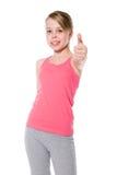 A menina feliz mostra a APROVAÇÃO do polegar. Vencimento nos esportes. foto de stock