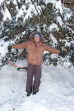 Menina feliz na floresta da neve Foto de Stock
