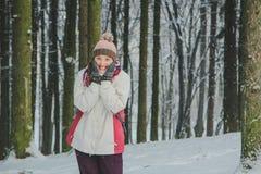Menina feliz na floresta do inverno Imagens de Stock