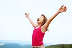 Menina feliz na parte superior da montanha imagem de stock