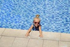 Menina feliz na piscina exterior no dia de verão quente As crian?as aprendem nadar Jogo de crian?as no recurso tropical Praia da  fotos de stock