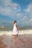Menina feliz na praia ensolarada fotografia de stock royalty free