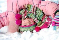 Menina feliz na roupa do inverno upside-down fotos de stock royalty free
