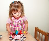 Menina feliz no aniversário Fotografia de Stock