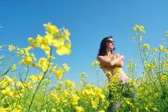 Menina feliz no campo de flor ensolarado imagens de stock royalty free