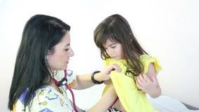 Menina feliz no doutor para um controle filme