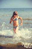 Menina feliz no mar Fotos de Stock Royalty Free