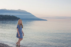 Menina feliz no mar Fotos de Stock