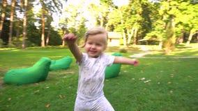 Menina feliz no parque filme
