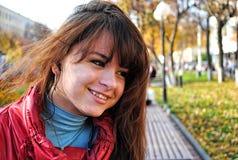 Menina feliz no parque do outono fotografia de stock royalty free