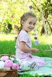 Menina feliz no piquenique com flores Fotos de Stock Royalty Free
