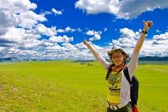 Menina feliz no prado, céu Fotos de Stock