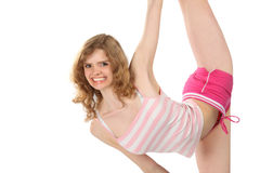 A menina feliz no sportswear faz o exercício ginástico Foto de Stock Royalty Free