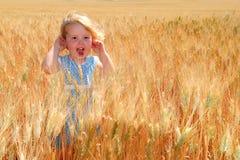 Menina feliz no trigo de trigo duro Fotos de Stock