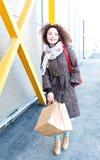 A menina feliz nova aprecia lojas com sacos fotografia de stock royalty free