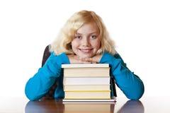 Menina feliz nova da escola que inclina-se em livros de escola fotos de stock