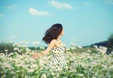 Menina que anda no campo do trigo mourisco Imagem de Stock