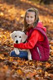 Menina feliz pequena com filhote de cachorro fotografia de stock