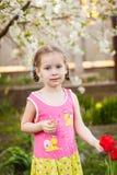 Menina feliz pequena em uma exploração agrícola imagem de stock royalty free