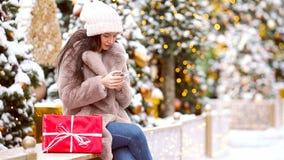 Menina feliz perto do ramo do abeto na neve pelo ano novo video estoque