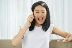 Menina feliz que chama o telefone imagens de stock