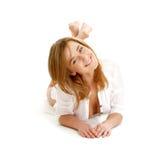 Menina feliz que coloca no assoalho Imagem de Stock