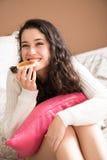 Menina feliz que come o café da manhã na cama Foto de Stock Royalty Free
