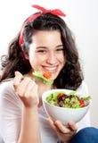Menina feliz que come a salada Fotografia de Stock