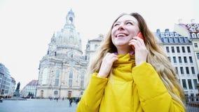 Menina feliz que comunica-se em emoções e no sorriso de partilha móveis imagem de stock