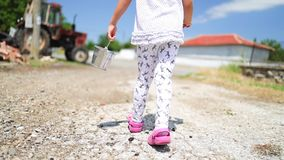 Menina feliz que corre com a cesta da morango no jardim Frutas e legumes cultivados em casa no campo vídeos de arquivo