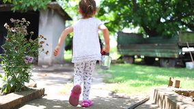 Menina feliz que corre com a cesta da morango no jardim Frutas e legumes cultivados em casa no campo video estoque