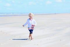 Menina feliz que corre na praia foto de stock