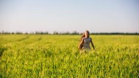 Menina feliz que corre no campo verde vídeos de arquivo