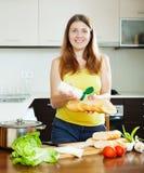 Menina feliz que cozinha sanduíches com maionese Imagens de Stock