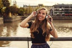 Menina feliz que escuta a música Foto de Stock