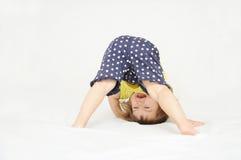 Menina feliz que está em de cabeça para baixo principal Imagens de Stock
