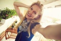 Menina feliz que faz o selfie fotografia de stock
