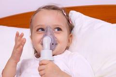 Menina feliz que faz o tratamento do aerossol foto de stock