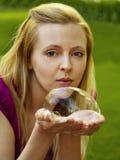 Menina feliz que joga com bolhas de sabão Fotos de Stock