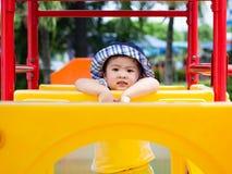 Menina feliz que joga no campo de jogos Crianças, felizes, fá fotos de stock