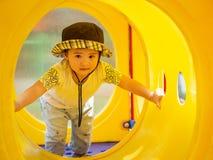 Menina feliz que joga no campo de jogos Crianças, felizes, fá foto de stock