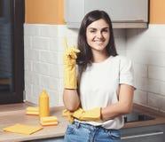 Menina feliz que limpa uma cozinha fotos de stock