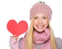 Menina feliz que mostra o cartão dado fôrma coração Imagem de Stock