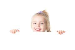Menina feliz que olha sobre a placa vazia Imagens de Stock Royalty Free