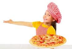 Menina feliz que prepara a pizza caseiro Fotos de Stock Royalty Free
