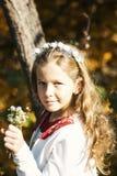 Menina feliz que ri e que joga no outono na caminhada da natureza fora Foto de Stock Royalty Free